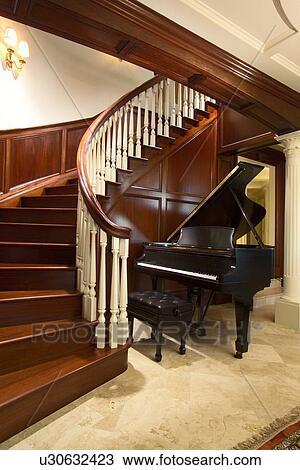 banque de photo piano queue b b pied de grand escalier sinueux u30632423 recherchez. Black Bedroom Furniture Sets. Home Design Ideas