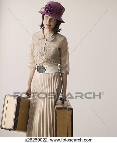 stock foto frau in alte kleidung tragen koffer. Black Bedroom Furniture Sets. Home Design Ideas