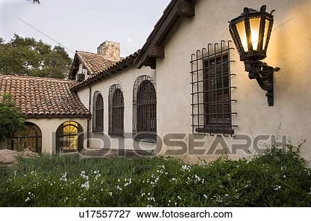 Immagine fila di windows con ferro battuto griglie for Numeri di casa in stile spagnolo
