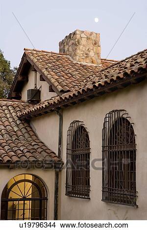 Archivio fotografico fila di windows con ferro for Numeri di casa in stile spagnolo
