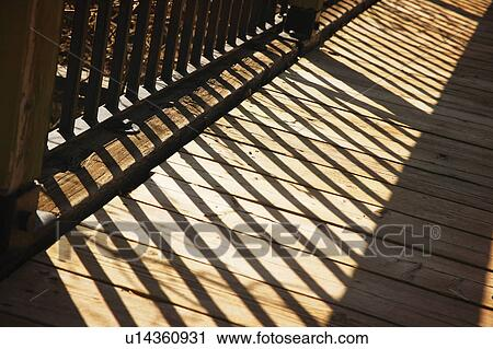 Archivio fotografico uggia di ringhiera legno for Disegni ponte veranda