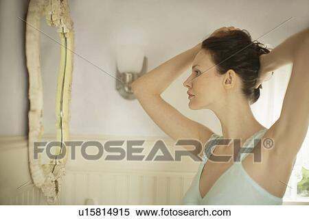 Banque d 39 image femme cheveux r paration devant miroir for Reparation miroir