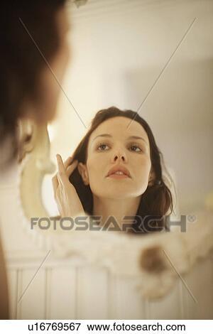 Image femme cheveux r paration devant miroir for Reparation miroir