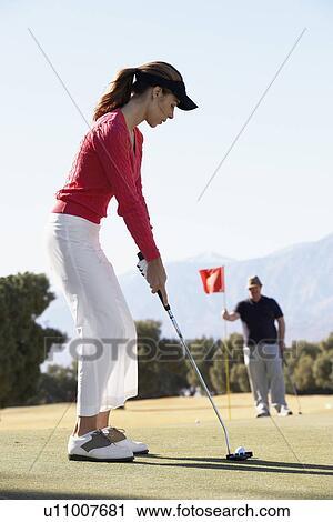 banques de photographies femme golf jouant homme tenue drapeau golf u11007681 recherchez. Black Bedroom Furniture Sets. Home Design Ideas
