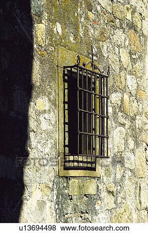 Images mur b timent fen tre barres grille fer fer forg u13694498 recherchez des - Grille qualification batiment ...
