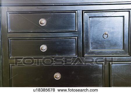bilder schwarz holz kommode teilausschnitt u18385678 suche stockfotos bilder print. Black Bedroom Furniture Sets. Home Design Ideas