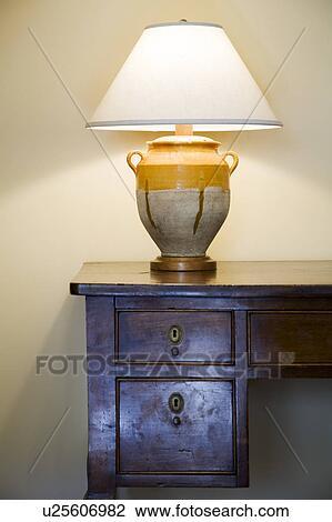 banque de photo vieux bois bureau et lampe u25606982 recherchez des images des. Black Bedroom Furniture Sets. Home Design Ideas