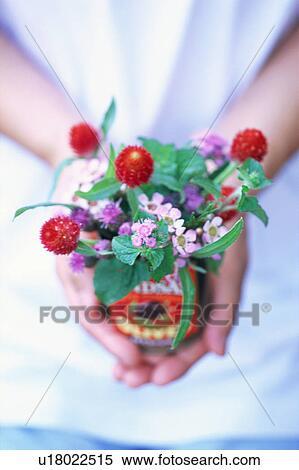 Banque d 39 image a tenue femme bouquet fleur dans for Bouquet de fleurs dans une boite