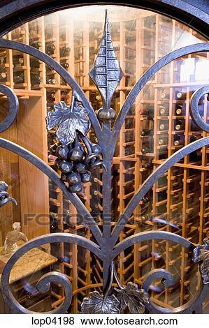 Beelden wraught ijzer details op deur om te wijnkelder lop04198 zoek stock foto 39 s - Wijnkelder decoratie ...
