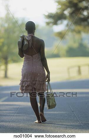 banque de photo africaine marche pieds nue rso01004 recherchez des images des. Black Bedroom Furniture Sets. Home Design Ideas