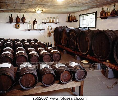 image barils de vin dans cave rso52007 recherchez des photos des images des. Black Bedroom Furniture Sets. Home Design Ideas