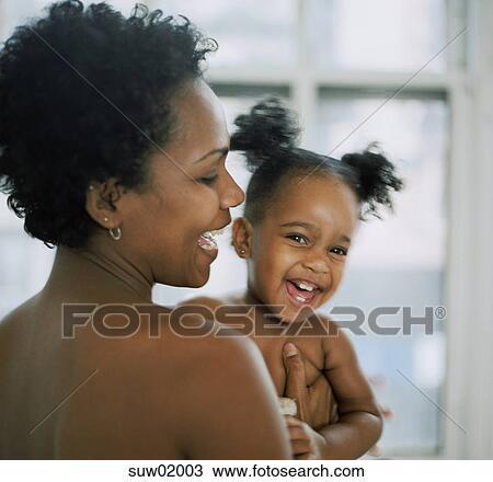 banque de photo africaine tenant b b fille suw02003 recherchez des images des. Black Bedroom Furniture Sets. Home Design Ideas