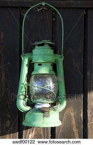 banque de photo lampe huile accrocher dessus mur bois gros plan awdf00122 recherchez des. Black Bedroom Furniture Sets. Home Design Ideas