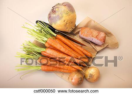 banques de photographies navet kassler carottes oignons et poignardez planche d couper. Black Bedroom Furniture Sets. Home Design Ideas