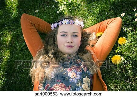 stock foto portr t von weiblich teenager liegen auf wiese siehe oben sarf000563 suche. Black Bedroom Furniture Sets. Home Design Ideas