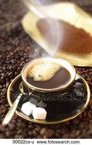 stock bilder kaffeebohnen und tasse kaffee 00022cs u suche stockfotografie posterbilder. Black Bedroom Furniture Sets. Home Design Ideas