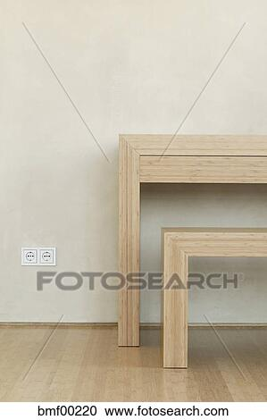 stock fotografie holztisch und bank per wand bmf00220 suche stockfotografien fotos. Black Bedroom Furniture Sets. Home Design Ideas