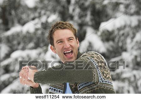 Italien südtirol junger mann mit schneeball lachender porträt