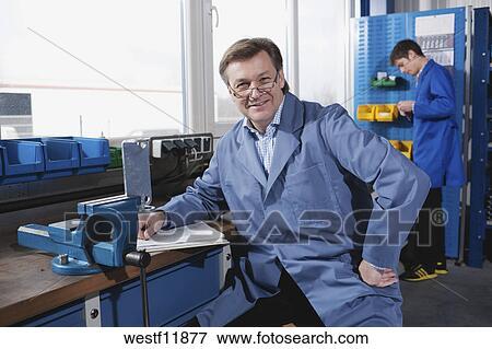 bild deutschland neukirch mann sitzen arbeit bank lehrling in hintergrund westf11877. Black Bedroom Furniture Sets. Home Design Ideas