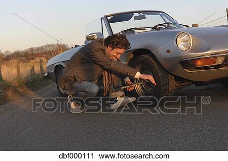 banques de photographies allemagne hambourg homme changer pneu de classique cabriolet. Black Bedroom Furniture Sets. Home Design Ideas