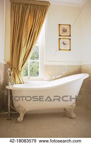 Archivio fotografico clawfoot vasca bagno sotto finestra tenda 42 18083579 cerca archivi - Tenda bagno finestra ...