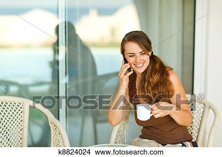 阳台女生坐着背影图片