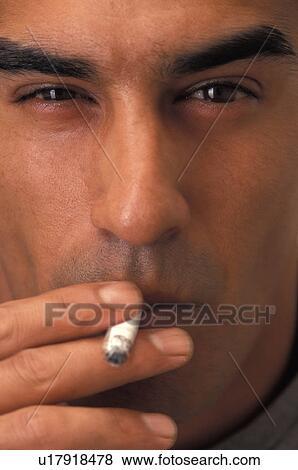 Banque d'Images - homme hispanique, tuyau fumant bld199766