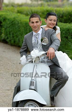 Matrimonio In Vespa : Italiano coppia matrimonio su uno scooter vespa firenze