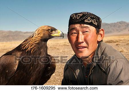 kazakh-eagle-hunter-and-his-golden-stock