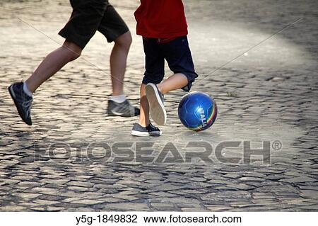 Coleccion De Foto Ninos Jugar Futbol En Calle En Roma Italia