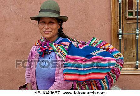 0678c655 Tradisjonelle, kvinne i kjole, og, hatt, med, baby, på, rygg, inn, liten  by, av, pisaq, peru