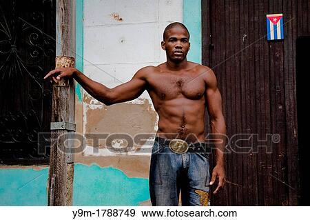Un Joven Cubano Hombre De Un Atlético Muscular Mirada Estantes Medio Desnudo En La Calle De Santiago De Cuba Cuba Colección De Foto