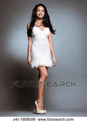 Robe blanche sur peau noir