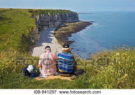 France Normandie Etretat Falaise Da Aval Couple De Touriste