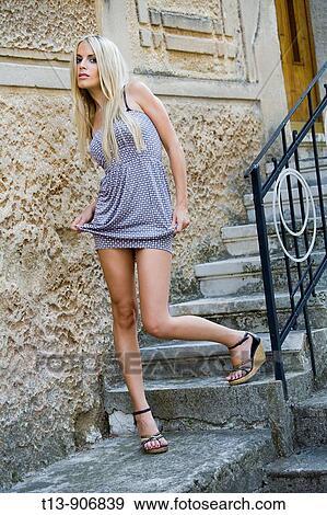 7266f5627de3dc Séduisant, jeune femme, dans, minijupe, projection, jambes Banque de Photo