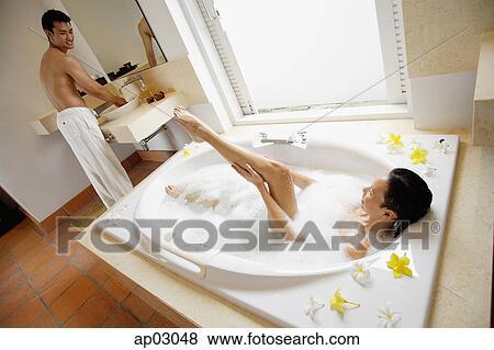 Images couple dans salle bains femme prendre for Salle de bain homme