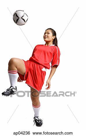 Junge Frau In Fussball Uniform Kneeing Fussball Ball Stock