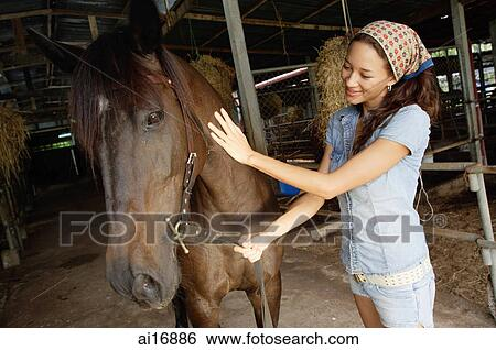 Stock Bilder - frau, petting, pferd, in, stall ai16886