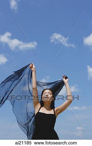 Banque d Image - femme, dans, robe noire, yeux ont fermé, tenue, écharpe,  dans air caf18990d11