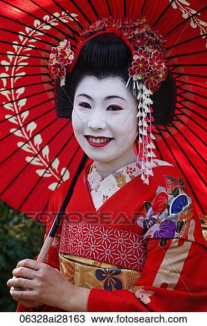 Banque de Photo , prise vue tête, de, femme japonaise, dans, traditionnel,  maquillage, tenue, rouges, umbrella.