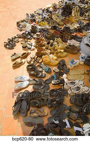 watch a339f 9c87d Schuhe, auf, ziegelsteine, draußen, vietnamesisch, tempel Stock Bild