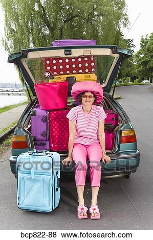 Bilder Frau Posieren Mit Auto Beladen Mit Buntes Koffer