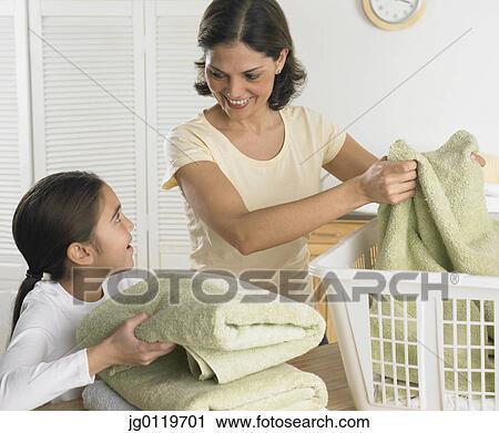 banques de photographies m re fille lessive pliant ensemble jg0119701 recherchez des. Black Bedroom Furniture Sets. Home Design Ideas