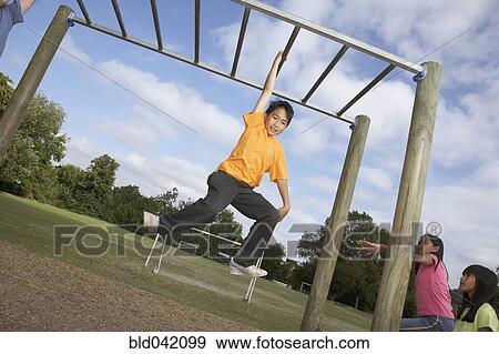Klettergerüst Clipart : Stock fotograf asiatischer junge hängen kletterturm bld042099