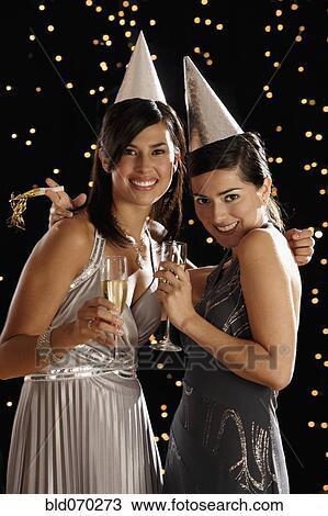 stock foto zwei spanische frauen trinken champagner. Black Bedroom Furniture Sets. Home Design Ideas