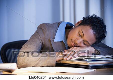 Banque de photo africaine femme affaires dormir bureau
