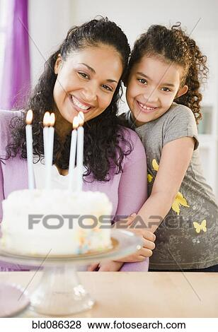 Fotos Madre E Hija Posicion Con Torta De Cumpleanos Bld086328