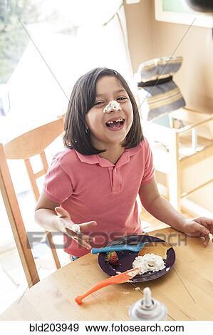 Spanisch Mädchen Spielender Mit Essen Tisch Stock Fotograf