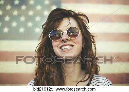 Banque d Image - caucasien, femme, lunettes soleil port, à, drapeau ... 62c87e11192e