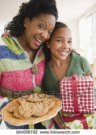 Stock Foto Moeder En Dochter Verdragend Verjaardag Geschenk En